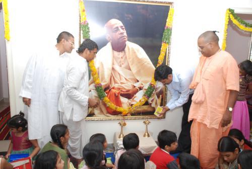 akshara-school-MD-mr.madhanmohan-inaugurating-the-camp-by-lighting-lamp-at-srilaprabhupad