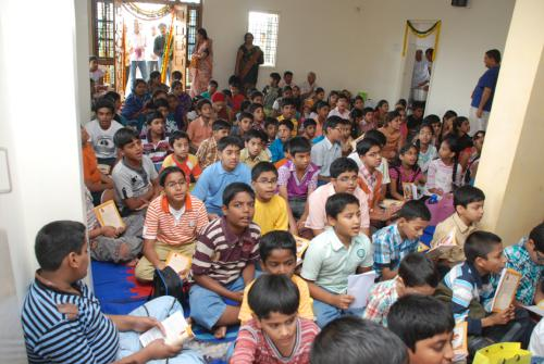 students learning bahgwatgita sloka